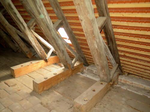 Bývalý kapucínský klášter - detail řešení oprav krovu budovy kláštera.
