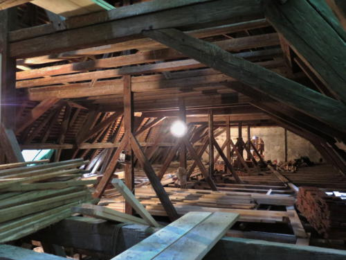 Kostel Nalezeni sv. Kříže Znojmo - pohled do krovu nad lodí kostela během oprav.